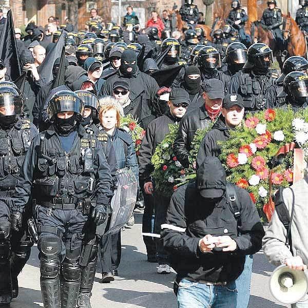 Demonstranty doprovázel kordon policistů.