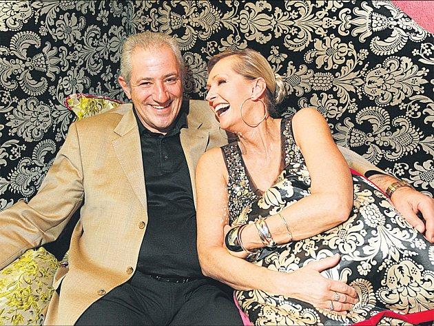 Heleně Vondráčkové (na snímku s manželem Martinem Michalem) by její věk dozajista nikdo netipoval.