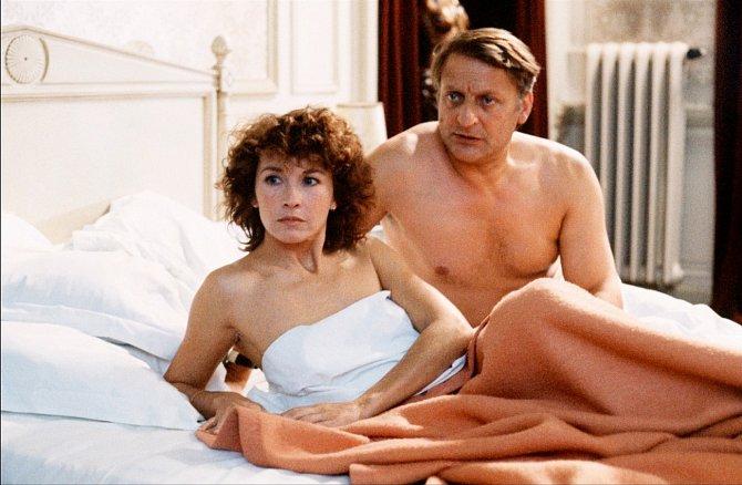 Vefilmu Vloupání (1983) skončila vposteli sBruno Cremerem.