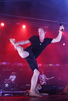 Tomáš rád chodí bez bot a to i pří koncertech, kdy se nestydí tančit naplno.
