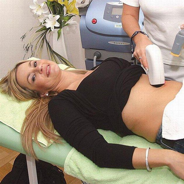Zatímco Monika odhalovala své břicho během liposukce,