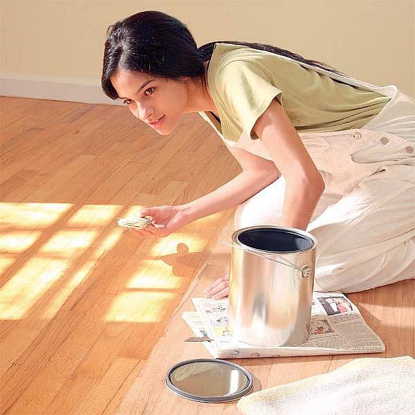 Lak změní vaši podlahu k nepoznání. Oživí barvy a dá vyniknout struktuře dřeva.