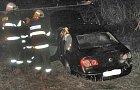 Auto stálo po nehodě téměř kolmo k silnici.
