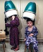 Párek dětí po lekci plavání.