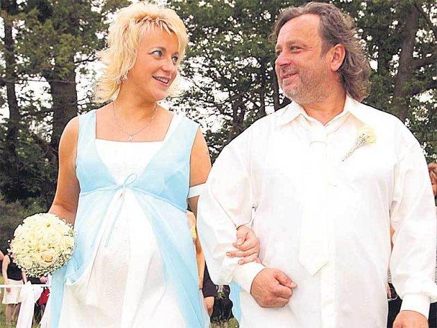 Michal Pavlíček se stačil oženit dva měsíce předtím, než se jeho novomanželce Karolíně Husákové narodí radostně očekávaný potomek.