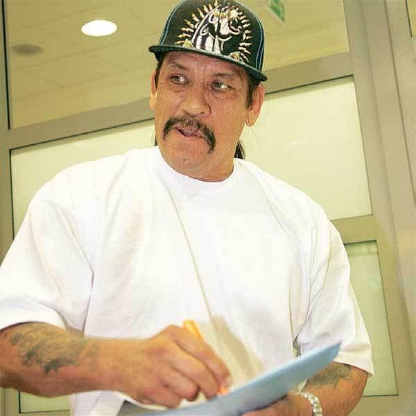 Americký herec Danny Trejo po svém včerejším příletu hned rozdával podpisy.