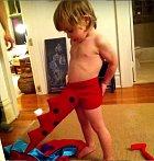 Malý chtěl jít za dinosaura, nějak špatně si ale obléká kostým.
