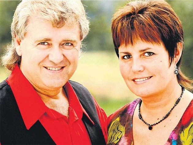 Populární dvojice Eva Dvořáčková a Václav Ševčík jsou vskutku zdatnými obchodníky, jejich jména se objevují, na čem to jen jde  od čepic přes osušky až po víno.