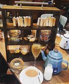 Čaj o páté v knihovně.