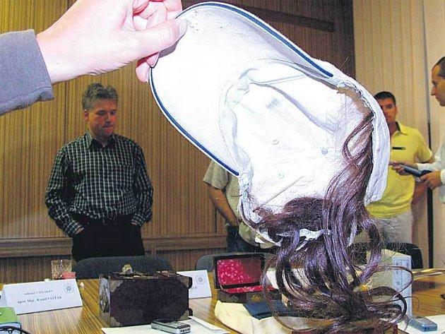Kšiltovka s našitými vlastními vlasy