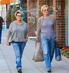Sharon Stone a její osobní asistentka na procházce po Los Angeles.