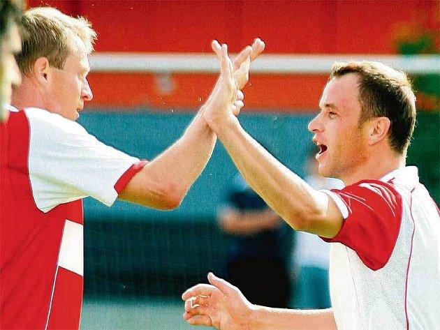 Exjablonecký Šenkeřík mohl Vlčkovi (vpravo) poblahopřát k vítěznému gólu.