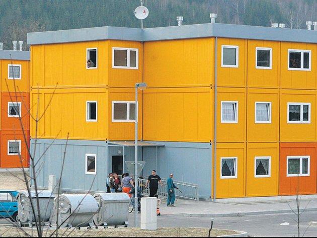 V kontejnerových domech žije okolo dvou se lidí.