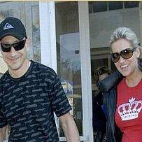 Tehdy ještě šťastný pár, Dara Rolins a Matěj Homola. Na jaře 2008 si odnášejí z porodnice dcerku Lauru