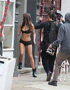 Emily ale zcela nezešílela. Šlo o natáčení sexy reklamy pro DKNY.