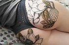 Tetování na zadku vypadá dobře.