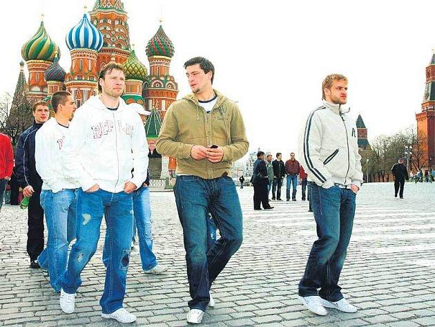 K chrámu Vasilije Blaženého vyrazili včera čeští hokejisté, výpravu vedou (zleva) Tenkrát, Platil a Marek.
