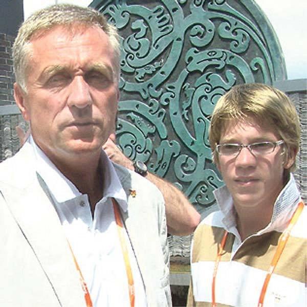 Doprovod dělá premiérovi syn Tomáš.