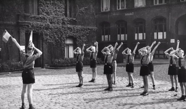 Chlapci se učí signalizování za pomoci vlajek.