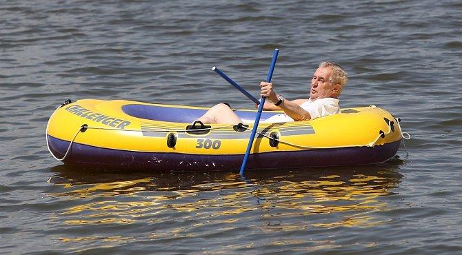 Miloš Zeman si plavbu na Veselském rybníce užíval.