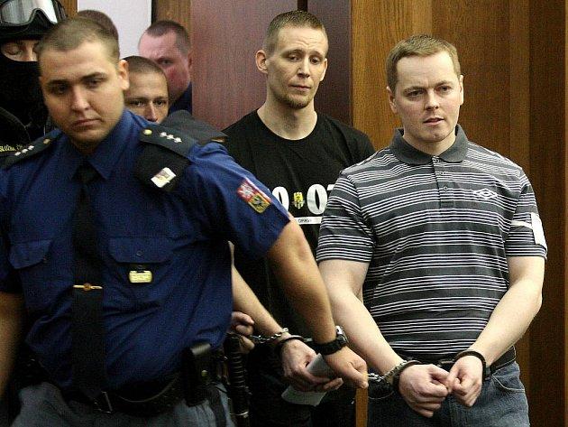 Radikálové David Vaculík (vpravo) a Jaromír Lukeš, kteří jsou s dalšími dvěma mladíky obžalováni ze žhářského útoku vůči romské rodině z Vítkova, u Krajského soudu v Ostravě.