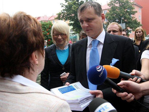 Ministr dopravy Vít Bárta v pátek dopoledne podruhé v krátké době zavítal do regionu, aby jednal o uvažovaném zastavení důležitých dopravních staveb.