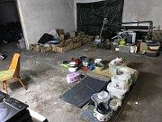 Policisté při domovních prohlídkách zajistili peníze a věci potřebné k výrobě drog.