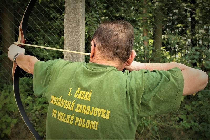 Majitel První české indiánské zbrojovky Tomáš Lazecký.
