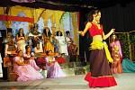 Legendu o zakletých romských princeznách a jezerním králi předvedl veřejnosti na prknech kulturního domu v Michálkovicích soubor dvaaosmdesáti romských herců, složený především z dětských protagonistů