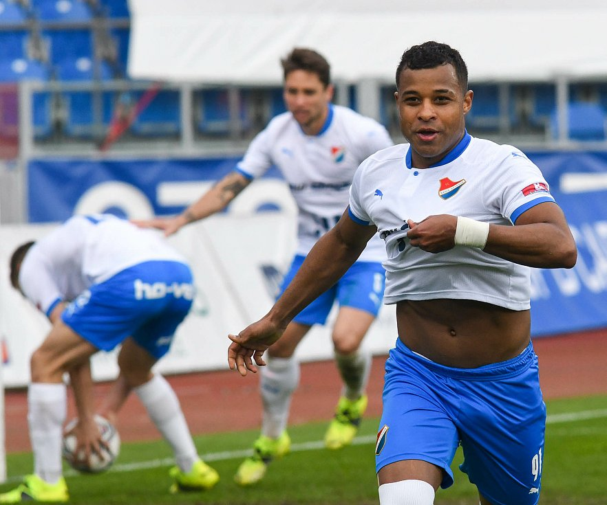 Fotbalisté Baníku Ostrava (v modro-bílém) v duelu 28. kola FORTUNA:LIGY s Mladou Boleslaví (2:1). Dyjan Carlos de Azevedo.