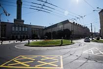 Žluté dopravní značky na kruhovém objezdu před ostravskou radnicí již brzy zmizí. Stane se tak v souvislosti s otevřením Českobratrské ulice pro městskou hromadnou dopravu.
