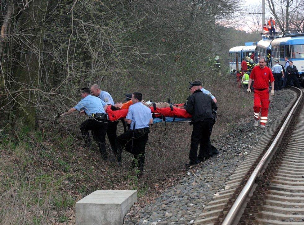 Záchranáři pomáhají obětem srážky tramvají ve Vřesině 11. dubna 2008.