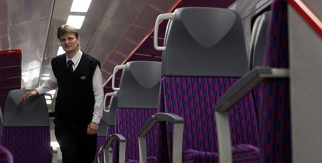 Čtyři nové CityElefanty, dvoupodlažní elektrické vlakové jednotky, budou vozit pasažéry na trati mezi Studénkou a Mosty uJablunkova.
