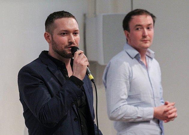 Prezentace a přednáška s videoprojekcí Hairstylisty Ondřeje Horvatha z Felix Atelieru v Ostravském Domě Umění. Na fotografii vlevo Ondřej Horvath.