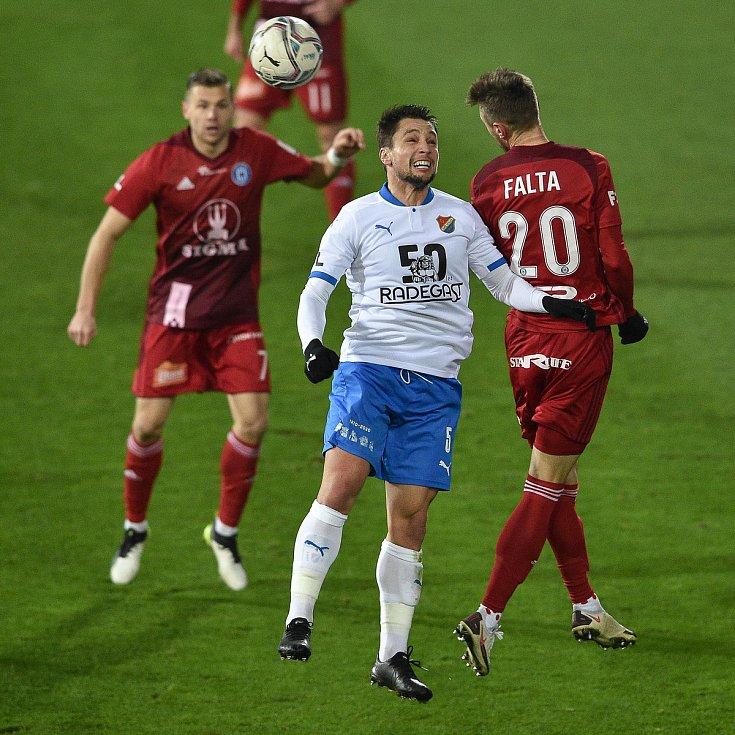 Utkání 13. kola první fotbalové ligy: FC Baník Ostrava - Sigma Olomouc, 18. prosince 2020 v Ostravě. (Zleva) Adam Jánoš z Ostravy a Šimon Falta z Olomouce.
