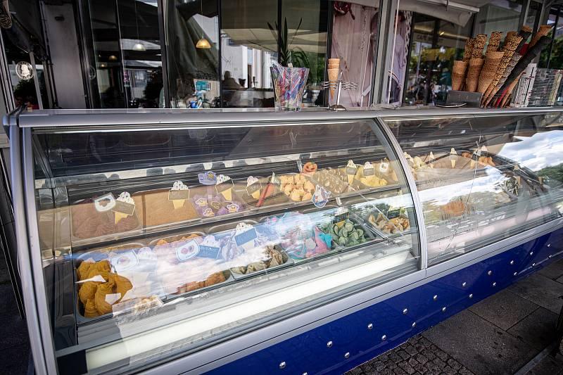 Zmrzlina v Café Mozart na Masarykově náměstí, 7. července 2020 v Ostravě.