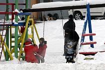 Sněhová nadílka potěšila vyznavače lyžování, sáňkování či bobování. V lyžařském areálu Skalka.