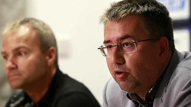 Petr Šafarčík na snímku vpravo.