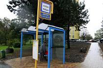 Na Fifejdách i nahradila nevzhledný asfalt na chodnících barevná zámková dlažba.