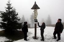 Výhled z vrcholku 1324 metrů vysoké Lysé hory letos trochu pokazila mlha.