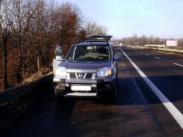 Automobilistu okradli zloději, když měnil kolo na svém voze