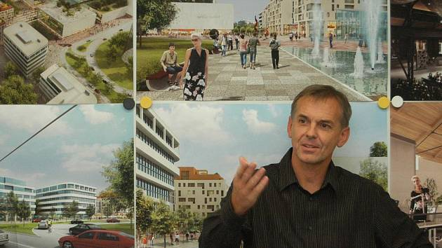 Luboš Kočí, šéf české pobočky společnosti Multi Development, u vizualizací Nové Karoliny v Ostravě.