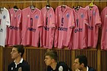 Částku 28 576 korun, která podpoří boj s rakovinou, vynesla dražba růžových dresů volejbalistů Ostravy. Noví majitelé si je oblékli a s těmi původními, kteří v nich nastupovali v extralize, se společně vyfotili.