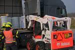 Zásah hasičů na dálnici u Ostravy u úniku barvy z barelu. Vezl jej kamion z Itálie.