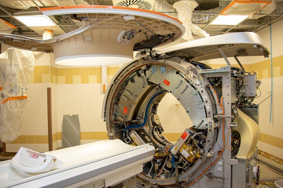 Ve FN Ostrava dokončili instalaci nového CT skeneru SOMATOM Force od firmy Siemens, který je výjimečný tím, že disponuje dvouzdrojovým systémem, a spolu s 4D zobrazováním a Dual Energy CT umožní získání vysoce kvalitního zobrazení.