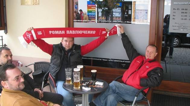 Ruské fanoušky jsme kolem třinácté hodiny zastihli před jedním z barů na Stodolní ulici.