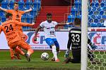 Fotbalisté Baníku Ostrava (v modro-bílém) v duelu 28. kola FORTUNA:LIGY s Mladou Boleslaví (2:1). Zakončuje záložník Dyjan Carlos de Azevedo.