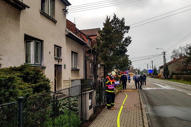 Policejní zásah a uzavřená Paskovská ulice vHrabové kvůli požáru domu, vjehož útrobách se nacházela ostrá munice. Museli být evakuováno lidé zpěti rodinných domků, 17.dubna 2021vOstravě.