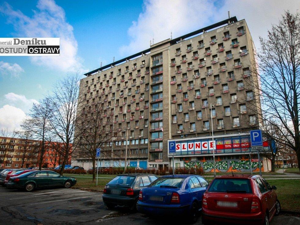 Na každém patře dvaatřicet pokojů, tak to vypadá na Hlubině.Pokojské se sice činí, ale pach kuřáků je všudypřítomný.