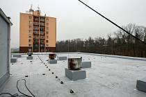Střecha v domově seniorů je po požáru opravena.